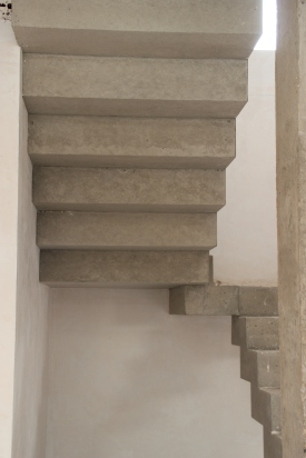 Escalera quebrada de hormigón visto
